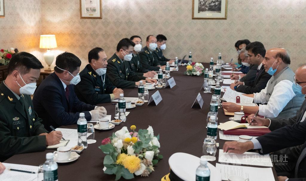 中國國防部長魏鳳和與印度國防部長辛赫當地時間4日在莫斯科會晤。據新華社報導,雙方均強調透過對話協商解決邊境問題,會後並未發布任何共識。(中新社提供)中央社 109年9月5日