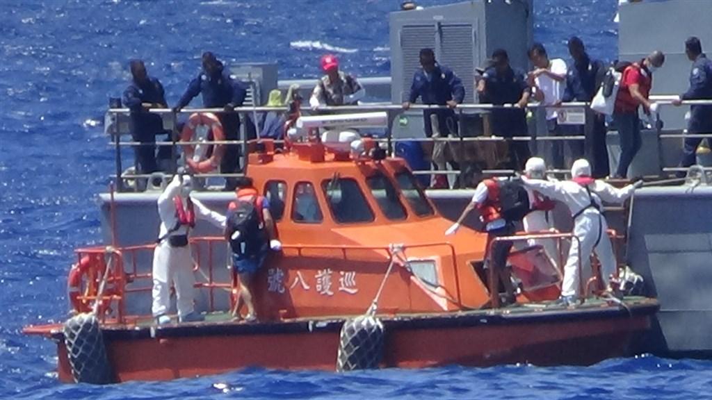 海巡署「巡護八號」8月執行今年度第2航次「中西太平洋公海漁業巡護任務」,6日平安返抵國門,同時協助接駁3名台籍外交替代役男及2名日籍人員返台。(海巡署提供)