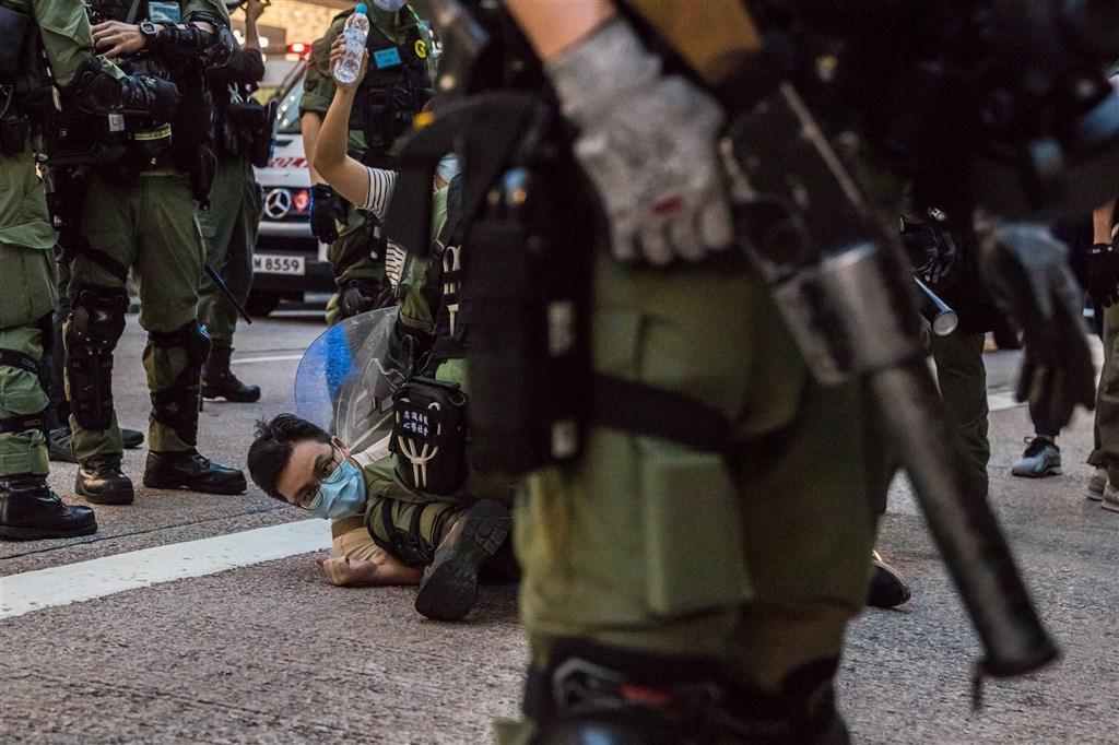 香港警方6日採取近似解放軍的穿插分割戰術,強行壓制了「906」九龍大遊行,並拘捕不少民眾。(法新社)