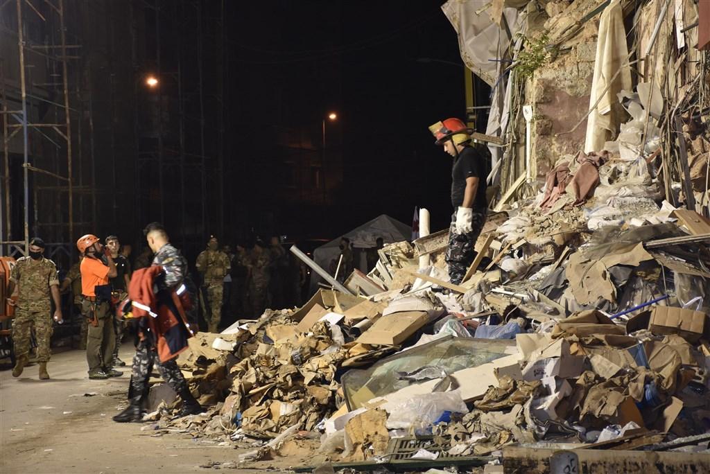 黎巴嫩首都貝魯特8月4日發生大爆炸,倒塌的建築物瓦礫堆中日前偵測到脈搏,不過搜救人員今天證實廢墟裡已經沒有任何生命跡象。圖為3日搜救情形。(安納杜魯新聞社)