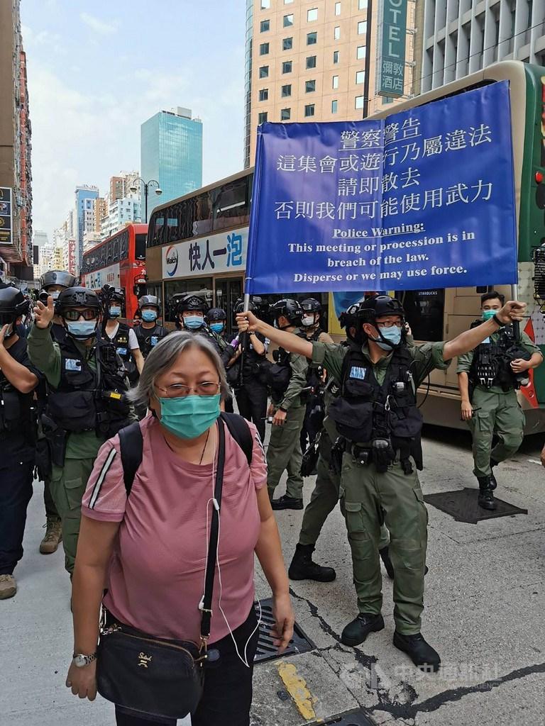 下午2時50分,數百名參與遊行的示威者高喊「光復香港,時代革命」和「香港獨立,唯一出路」等口號,警方在佐敦永安百貨公司門外首次舉起藍色警告旗幟,並不斷嘗試驅散、分隔人群。中央社記者張謙香港攝 109年9月6日