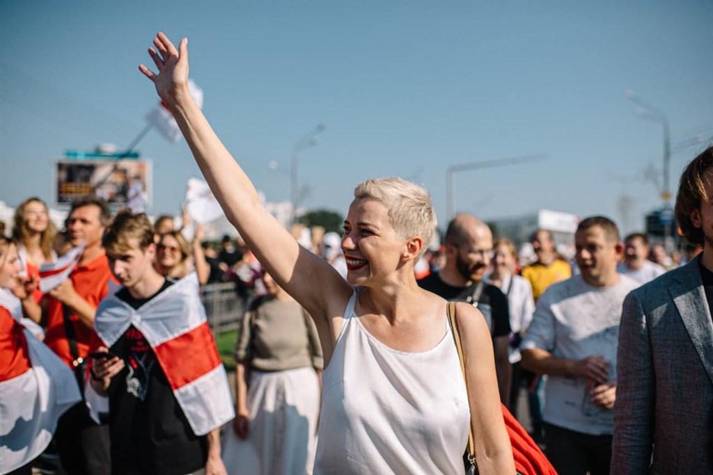 白俄羅斯反對派6日發起大規模抗議活動,有633人遭警方拘押,傳反對派領袖柯列斯尼可娃(前中)也被帶走。(圖取自facebook.com/maria.kalesnikava)