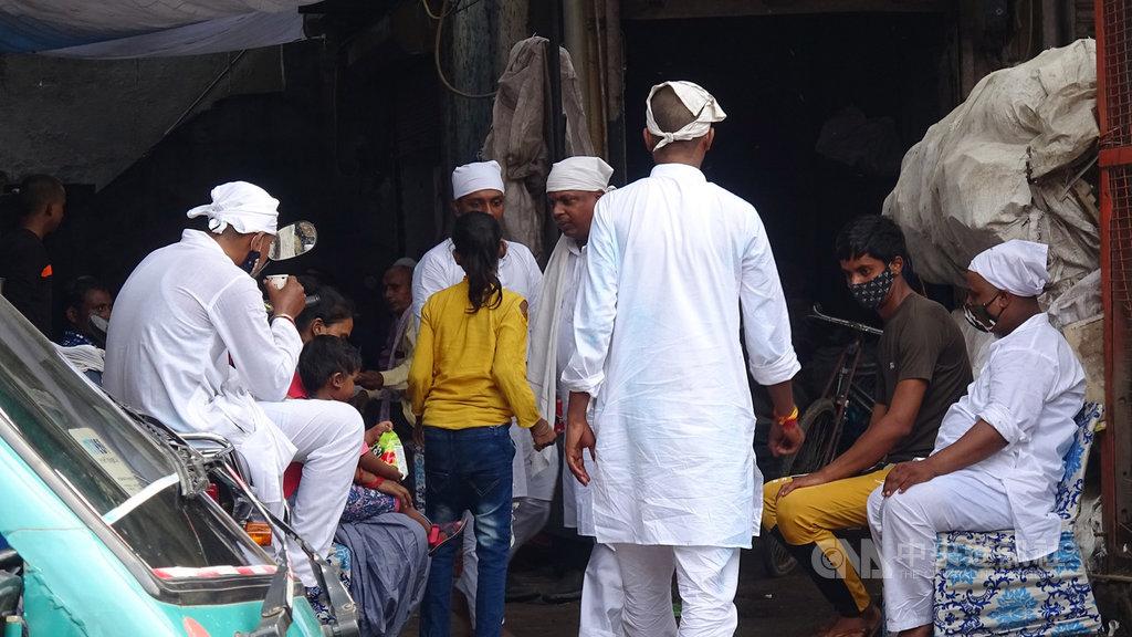 舊德里一處工寮,許多人根本不戴口罩。專家認為,印度武漢肺炎疫情惡化迅速,有專家歸因於人們並不遵守防疫規定所致。中央社記者康世人新德里攝 109年9月7日