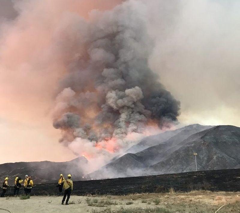 美國南加州5日上午爆發一場野火,已摧毀2800公頃土地。(圖取自twitter.com/SanBernardinoNF)