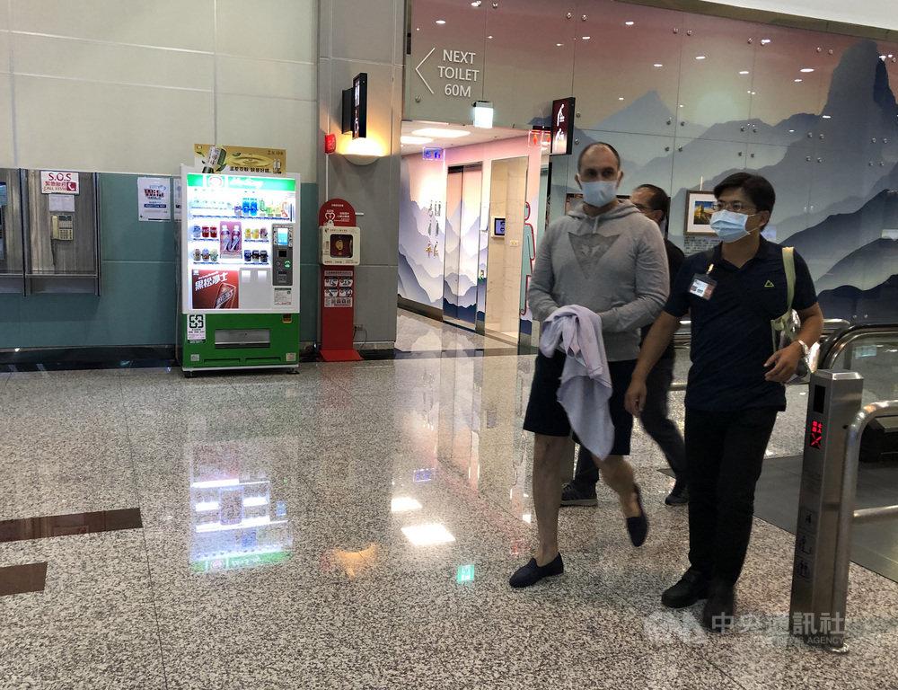 移民署表示,一銀ATM盜領案摩爾多瓦籍犯人潘可夫(Niklae Penkov)(右2)8日出獄,經北區事務大隊台北市專勤隊赴台北監獄提監後,潘可夫於晚間自桃園機場登機出境。(翻攝照片)中央社記者黃麗芸傳真 109年9月8日