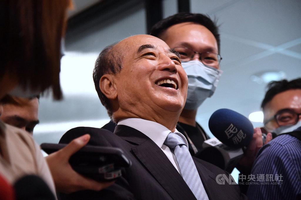 中國20日將在廈門舉行第12屆「海峽論壇」,國民黨決定由前立法院長王金平(前中)率團出席。王金平8日下午受訪表示,希望藉此行機會緩和雙方,彼此互相尊重、愛護及理解對方,能夠讓兩岸的和平態勢持續。中央社記者王飛華攝  109年9月8日