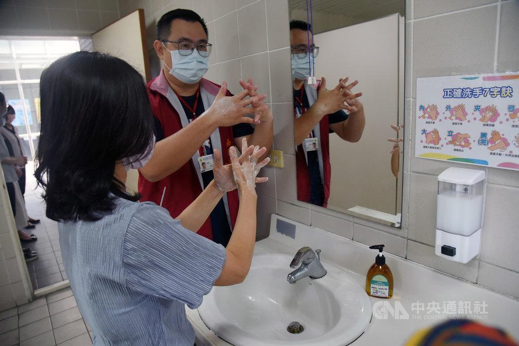 南投縣政府新聞及行政處8日舉行防疫講習,會中說明個人防疫措施及辦公場所清潔消毒,並由衛生局人員主講正確洗手、正確戴卸口罩步驟,也到洗手台練習,讓不少人終於知道如何正確洗手。中央社記者蕭博陽南投縣攝 109年9月8日