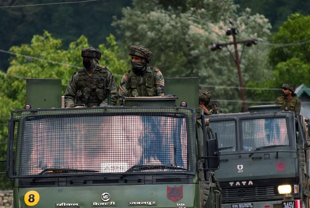 中印邊境衝突加劇,中共解放軍指控印軍7日「非法越線」,對前來交涉的共軍巡邏人員「鳴槍威脅」。圖為印度陸軍車隊。(安納杜魯新聞社)