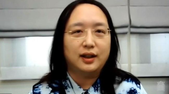 行政院數位政務委員唐鳳以視訊出席英國上議院聽證會指出,台灣政府以快速、公平與趣味方式因應疫情挑戰。(圖取自英國議會網頁parliamentlive.tv)