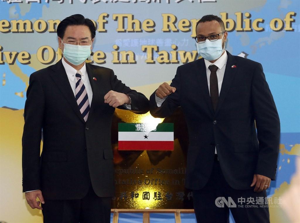索馬利蘭駐台代表穆姆德(右)15日推文表示,索馬利蘭眾議院決議,正式支持台灣關係法。圖為索馬利蘭共和國駐台灣代表處9日舉行揭牌儀式。(中央社檔案照片)