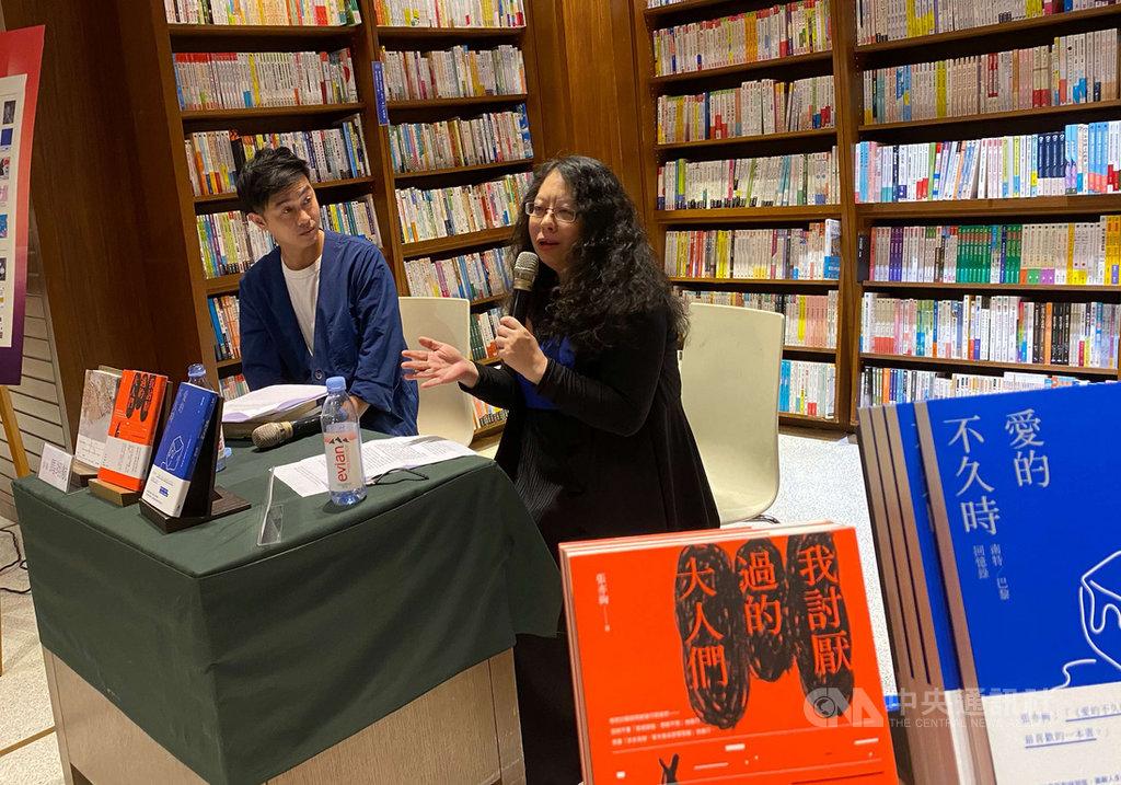 作家張亦絢(右)8月出版她最新的散文集「我討厭過的大人們」,並將絕版多年的長篇小說「愛的不久時:南特/巴黎回憶錄」重新再版上市,9日晚間舉行新書分享會,張亦絢說,小說是她最有感情的文類。中央社記者陳秉弘攝 109年9月9日