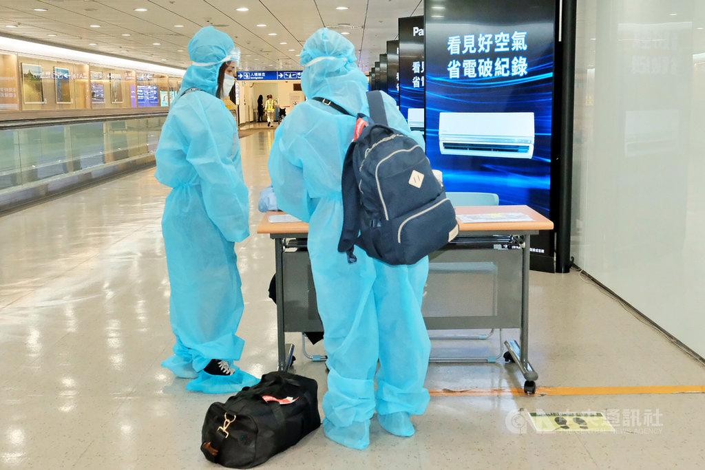 疫情指揮中心宣布,台灣16日新增4例武漢肺炎境外移入個案,4名印尼外籍學生在檢疫期滿前採檢確診。圖為桃園機場入境旅客。(中央社檔案照片)