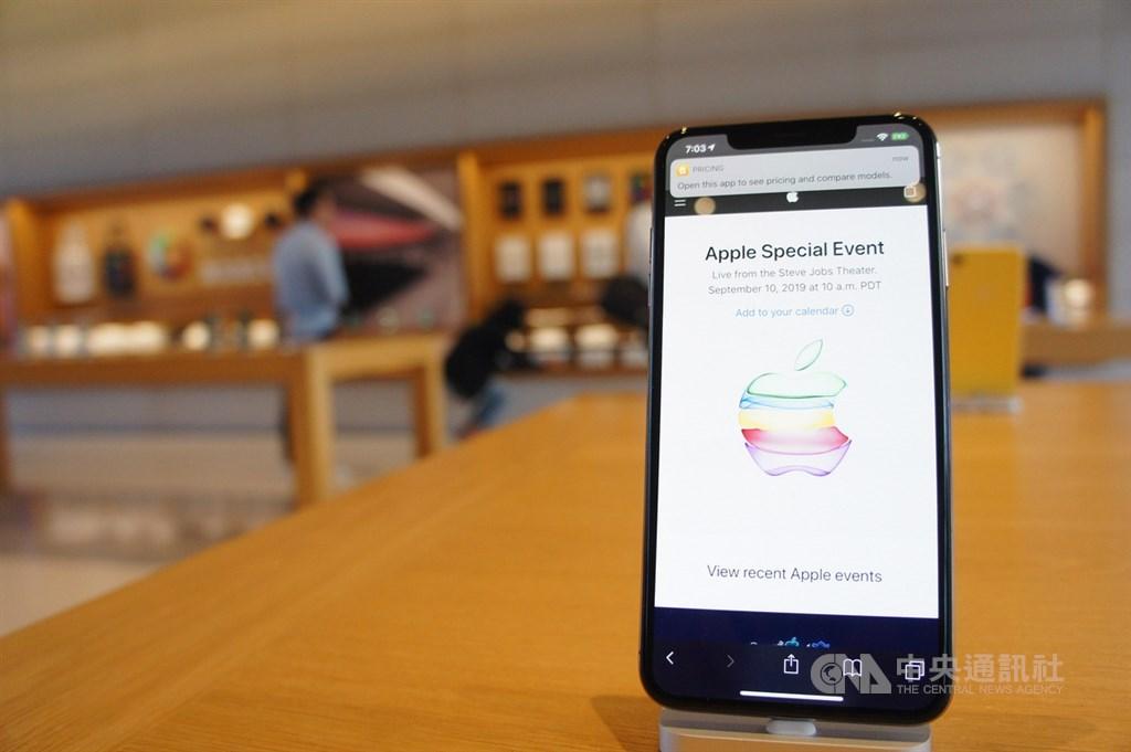 蘋果公司將於美西時間9月15日上午10時(台灣時間16日凌晨1時)於線上舉行年度新產品發表會。圖為蘋果總部Apple Park訪客中心展示的iPhone。(中央社檔案照片)