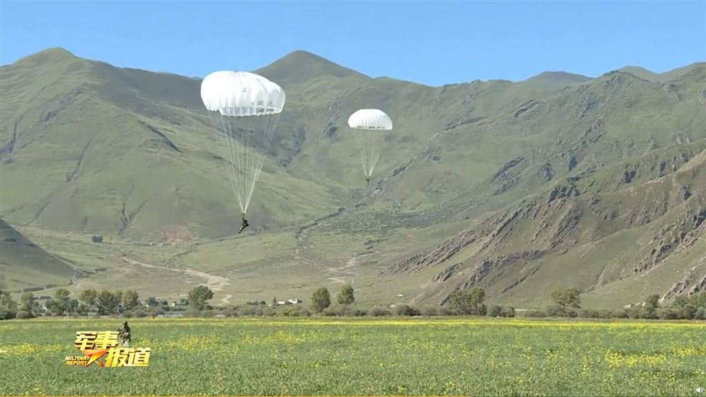 中國官媒中央電視台旗下新媒體8日展示解放軍西藏軍區特戰隊員在海拔4000公尺高原空降特訓的畫面,針對印度意味頗濃。(圖取自weibo.com/u/6005843218)