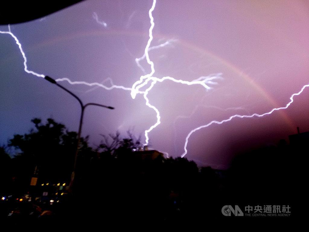 台東10日下午雷雨交加,黃姓女子拍到「閃電和彩虹共舞」奇景,她開心將照片PO上網與大家分享,直呼自己太幸運了。(黃恩倍提供)中央社記者盧太城台東傳真 109年9月10日
