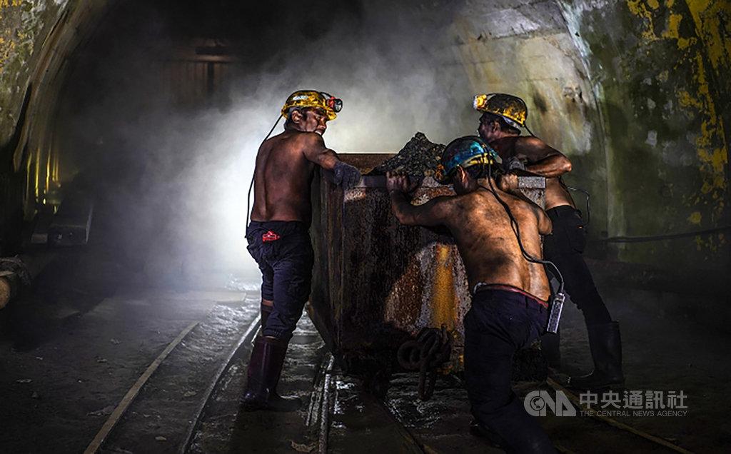 台灣攝影家曾進發復刻早年礦工生活,以一系列富有生命力的礦工人物影像,在2020法國PX3攝影比賽榮獲1金1銀,並奪下廣告類組第2名。(曾進發提供)中央社記者管瑞平傳真 109年9月10日