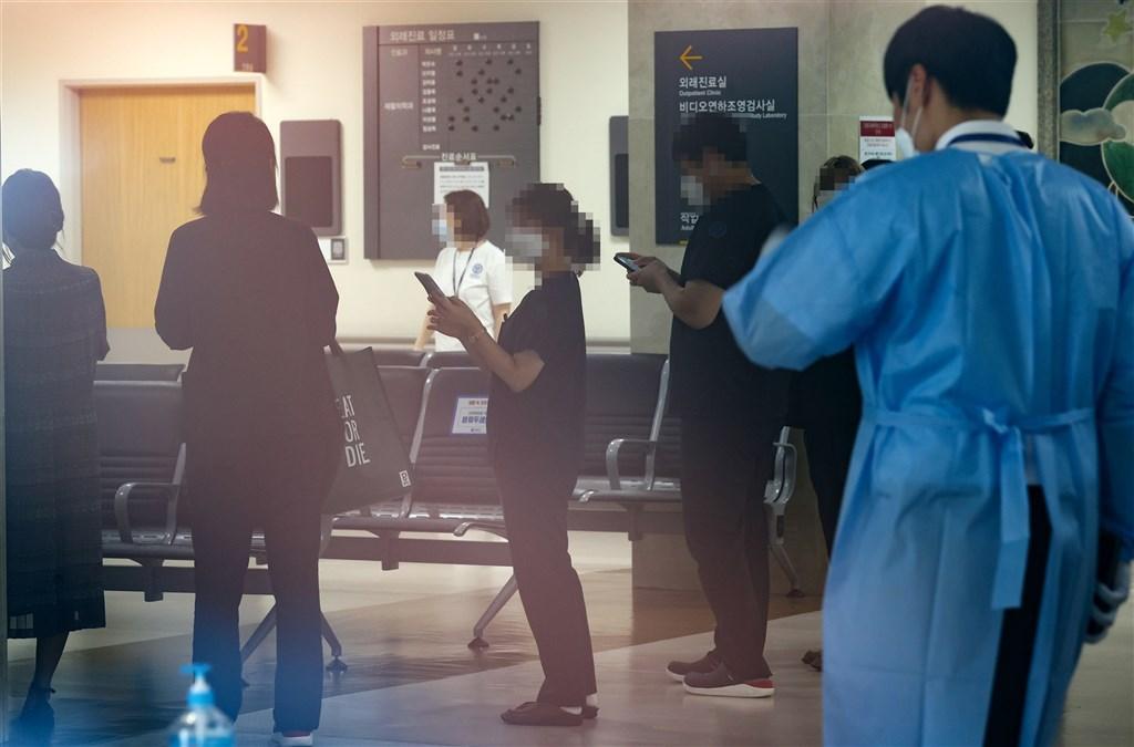 韓國首爾市內大型醫院接連出現武漢肺炎群聚感染事件,外界憂心可能引發連鎖感染。圖為塞布蘭斯醫院工作人員10日排隊等待篩檢。(韓聯社)