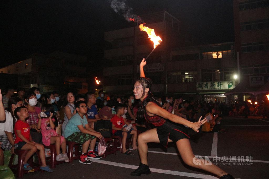 紙風車卡車藝術工程11日晚間在苗栗市玉清宮前廣場帶來火舞劇演出,吸引大批家長帶著小孩前往觀賞,精湛演出讓現場驚呼聲不斷。中央社記者魯鋼駿攝 109年9月11日