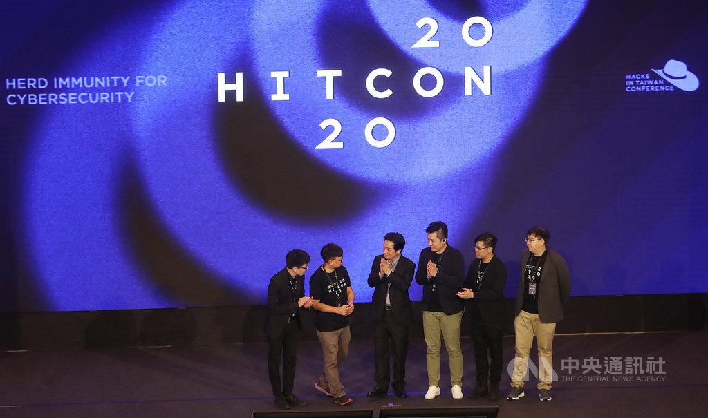 副總統賴清德(左3)11日在中央研究院人文社會科學館出席「台灣駭客年會 HITCON 2020」,致詞後,賴副總統與主辦單位人員合影留念。中央社記者張新偉攝  109年9月11日