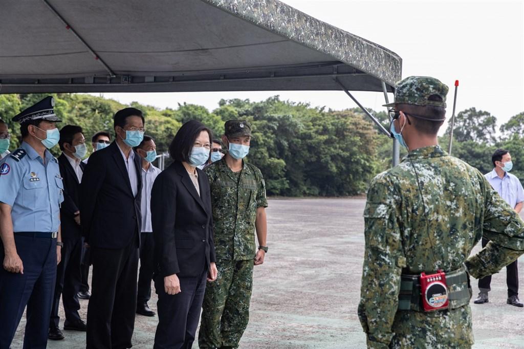 中共解放軍近日大規模軍演擾台,總統蔡英文(前左3)表示,嚴正警告這些不速之客,不要低估國軍守護家園的決心。(軍聞社提供)