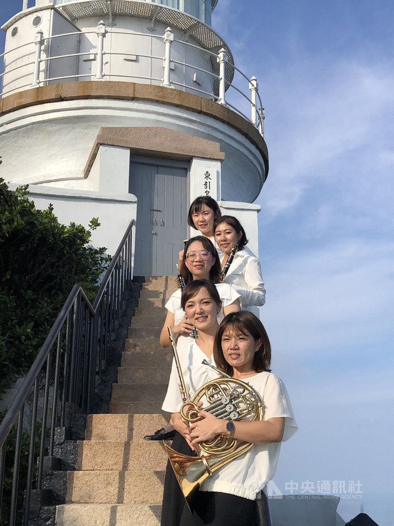 國立台灣交響樂團推出「NTSO遍撒音樂種子在社區」系列,今年首度前進國境之北的馬祖,還到東引燈塔快閃,留下了精彩樂音。(國台交提供)中央社記者趙靜瑜傳真  109年9月11日