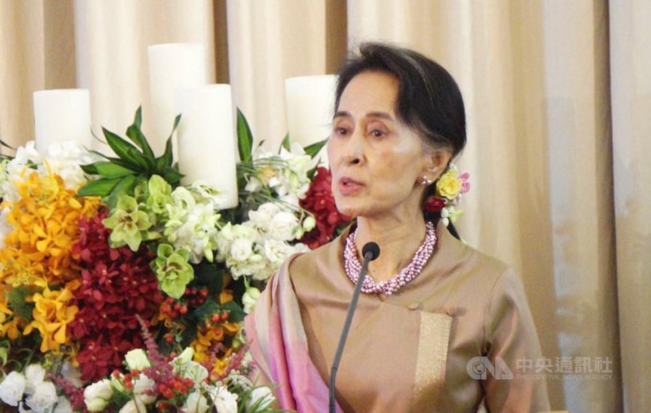 緬甸文人領袖翁山蘇姬(圖)因「認可」緬甸當局對洛興雅人犯下的罪行,歐洲議會10日將她排除在沙卡洛夫獎得獎人日後出席的活動。(中央社檔案照片)