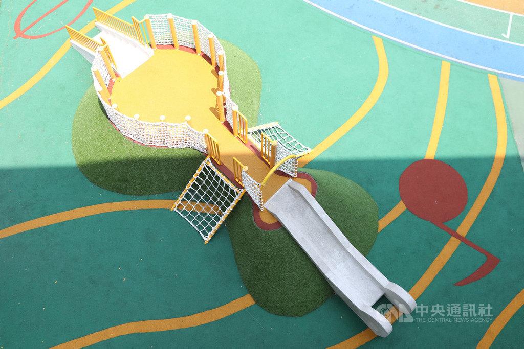 基隆市成功國小是基隆唯一設立音樂班的國小,校內新建的溜滑梯遊具融入小提琴造型,打造校園特色,最快9月底啟用。(基隆市議員童子瑋提供)中央社記者王朝鈺傳真 109年9月12日