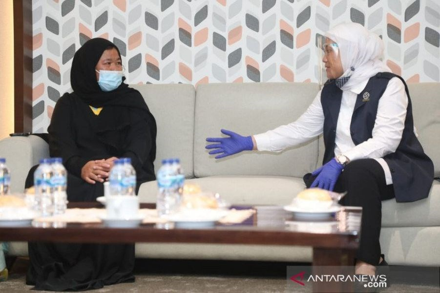 在沙烏地阿拉伯幫忙打理家務的印尼移工艾提(左)2001年被控謀殺雇主、判死刑,印尼政府與沙國協商20年,終於在籌足約新台幣3000萬元後獲釋。圖為艾提7月6日抵達印尼後與印尼勞動部長伊達會面。(安塔拉通訊社)