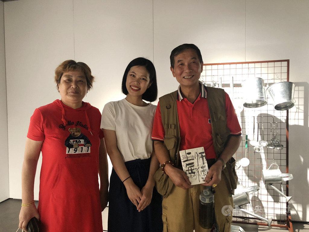 「上海師傅」一書作者周祺(中)與書中收錄的打鐵鍋師傅陶情健(右)。中央社記者張淑伶上海攝 109年9月13日