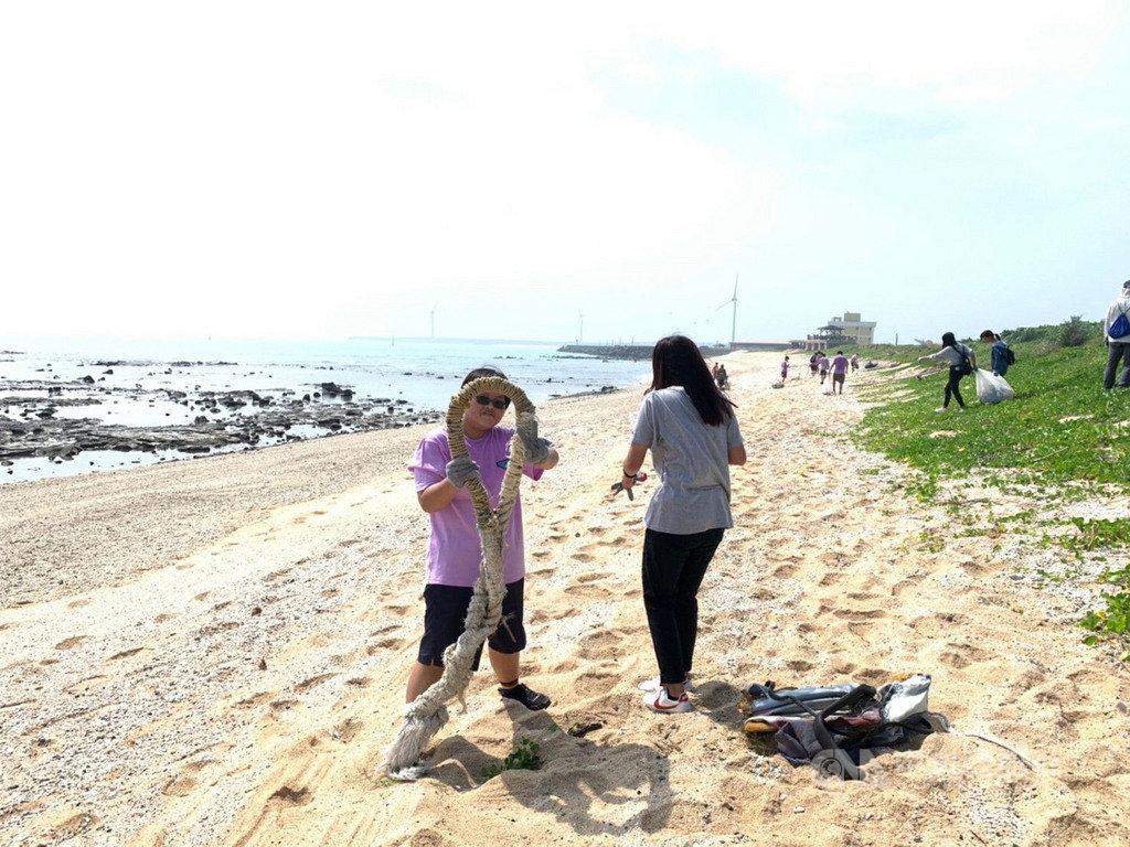 全國漁民節系列活動將首度移師澎湖舉辦,澎湖區漁會13日舉行菓葉海域淨灘活動,共清理出253公斤海漂廢棄物,其中還有少見的粗大纜繩。中央社 109年9月13日