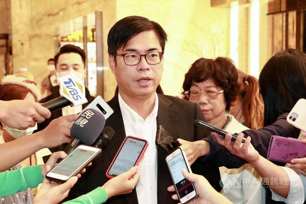 媒體工作者日前爆5名香港「反送中」抗爭者經東沙島抵達高雄,至今已遭扣近2個月。高雄市長陳其邁(中)13日表示,不方便評論證實個案。(高雄市政府新聞局提供)中央社記者洪學廣傳真 109年9月13日