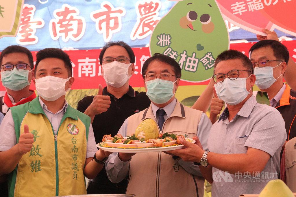 台南市農會13日在東區的假日農市舉辦以文旦為主題的當季蔬果行銷展售會,市長黃偉哲(前排中)出席促銷,並示範製作文旦柚香稻禾壽司。中央社記者楊思瑞攝  109年9月13日