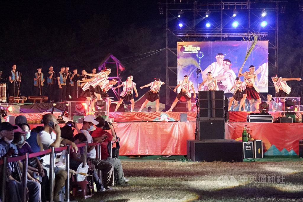 花蓮縣政府舉辦的原住民族聯合豐年節活動,吸引不少人潮,有部分觀禮來賓戴起口罩欣賞表演。中央社記者張祈攝 109年9月13日