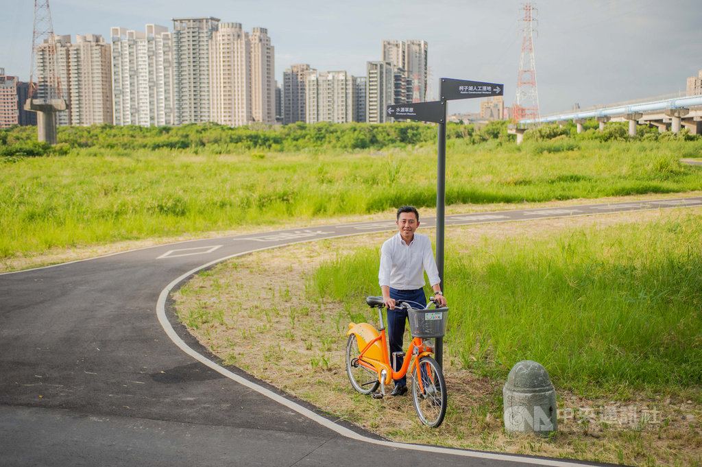 新竹市微笑水岸串連新竹左岸、新竹漁港等景點,市府近期設置指向標示、解說、景點資訊等服務系統,讓民眾能清楚周遭景點與方向,新竹市長林智堅13日到現場騎單車體驗,直呼「有了指標不迷路」。(新竹市政府提供)中央社記者魯鋼駿傳真 109年9月13日