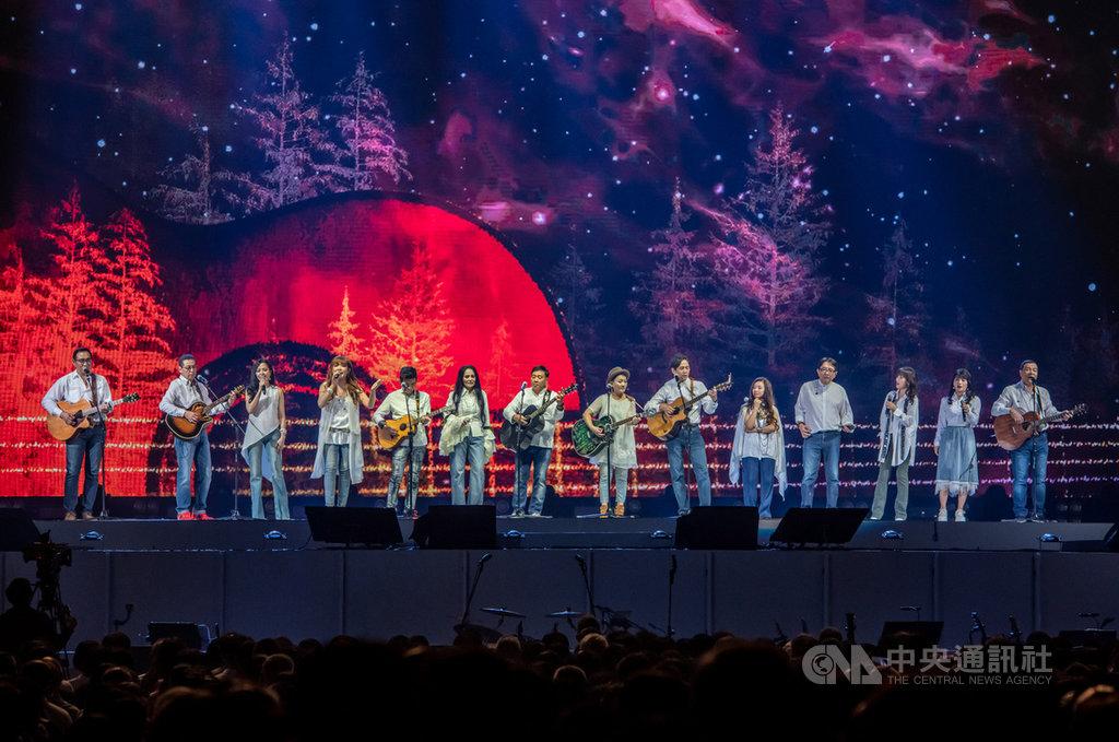 民歌45高峰會13日在台北小巨蛋舉行,14組歌手輪番登台演唱,重現民歌經典,最後壓軸大合唱「閃亮的日子」,希望讓觀眾透過歌聲重返最風光的時代。(寬宏藝術提供)中央社記者王心妤傳真 109年9月13日
