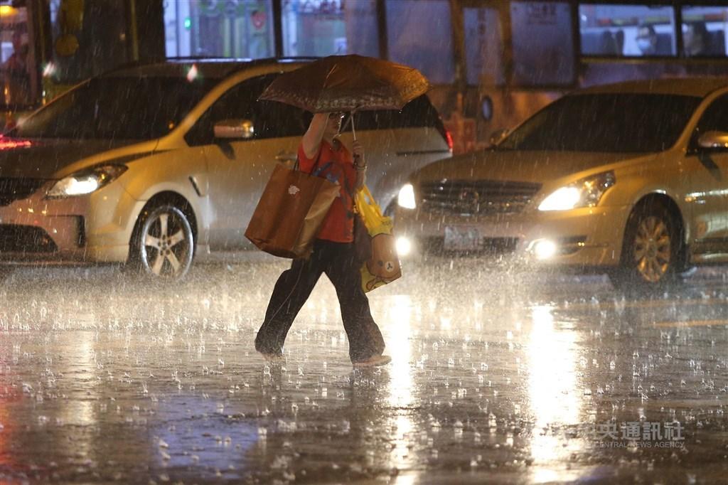 氣象局針對基隆市等3縣市發布豪雨特報,並表示13日晚間至14日北海岸及東北部地區有局部大雨發生的機率,提醒民眾注意。(中央社檔案照片)