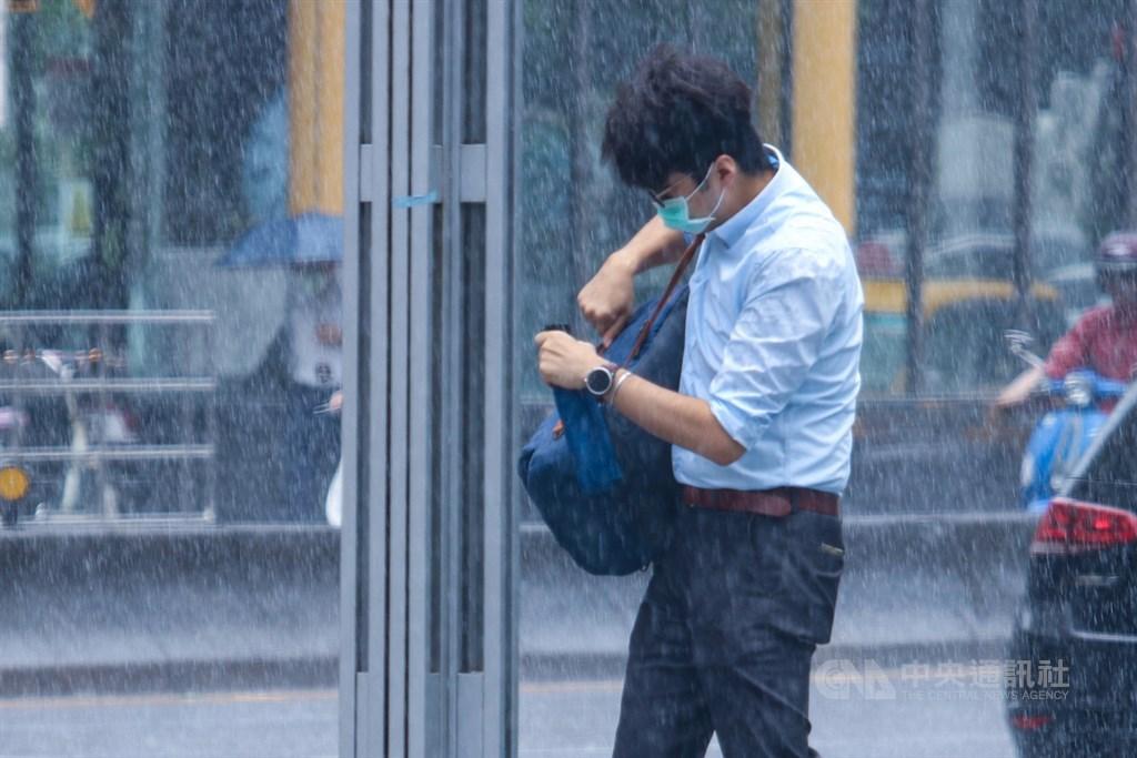 14日清晨持續偏東北風,大台北及東半部有局部短暫雷陣雨,其中基隆北海岸及宜蘭地區仍有局部大雨或短時豪雨發生的機率。(中央社檔案照片)