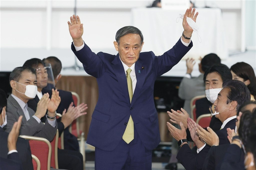 日本執政黨自民黨14日舉行新任總裁選舉,菅義偉(中)一如外界預期順利當選,並將在16日召集的臨時國會被選為新任首相。(共同社)