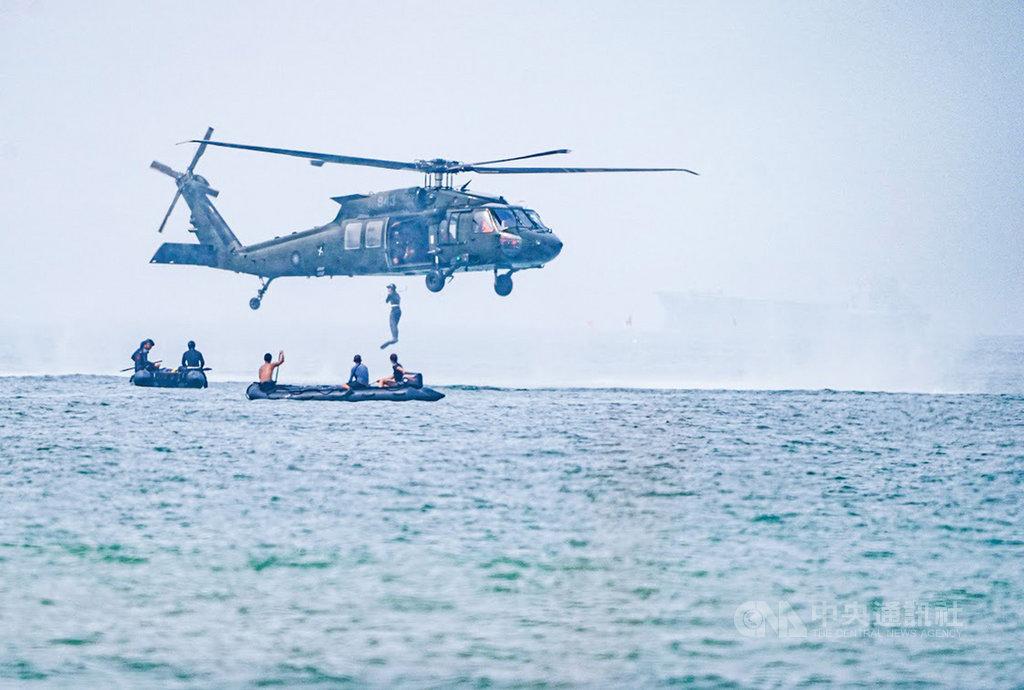 海軍14日披露,海軍與空軍聯合執行特戰訓練項目,由空軍UH-60M黑鷹直升機載運,並在海外投放膠舟,以訓練聯合戰鬥及支援。(海軍提供)中央社記者游凱翔傳真 109年9月15日