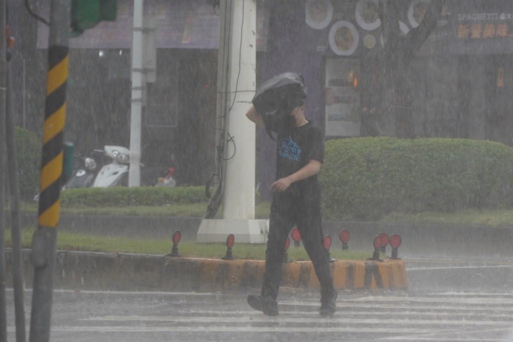 中央氣象局15日下午發布大雨特報,南投地區,新北至台中、雲林至屏東及宜蘭山區有局部大雨發生的機率,請注意雷擊及強陣風。(中央社檔案照片)