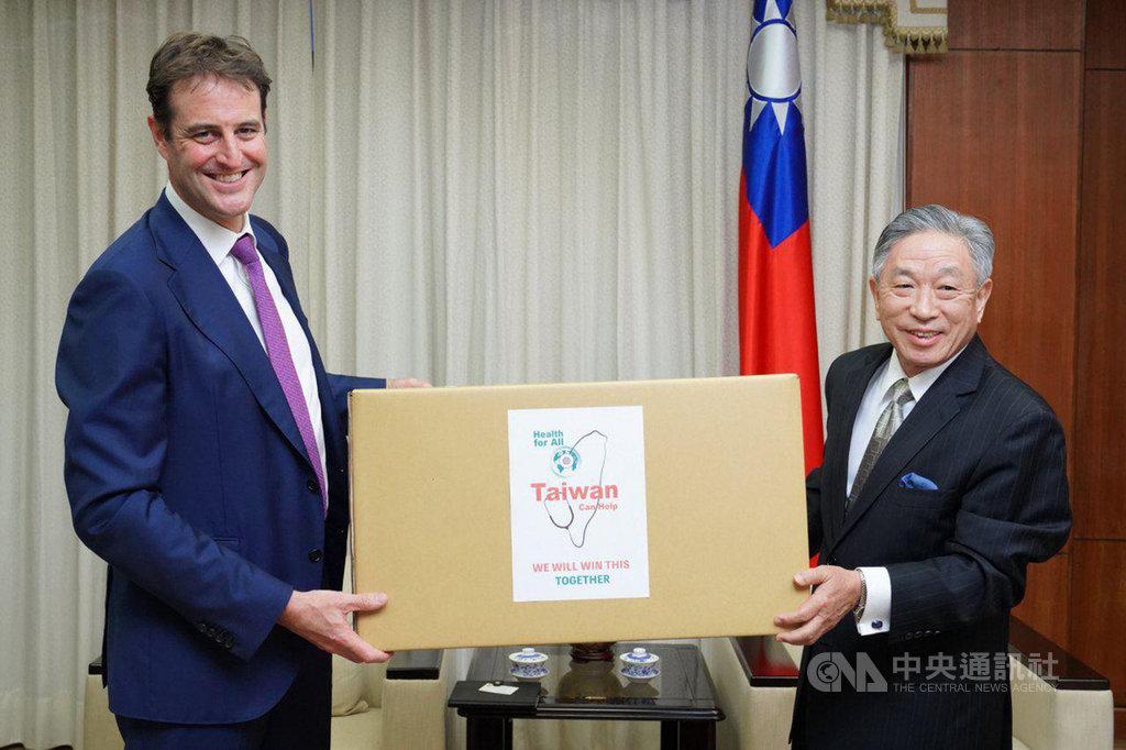 外交部政務次長田中光(右)代表台灣捐贈澳方防疫口罩50萬枚,由澳洲辦事處代表高戈銳(Gary Cowan)(左)代表澳方接受。(外交部提供)中央社記者游凱翔傳真  109年9月15日