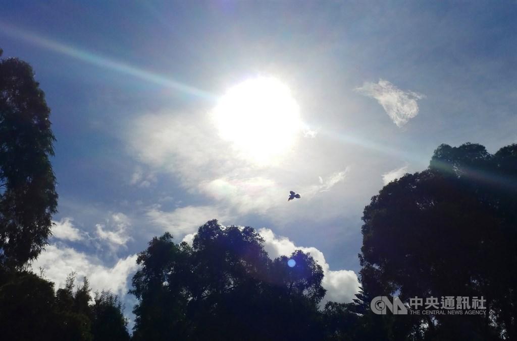 氣象專家吳德榮表示,一直到17日天氣都晴朗穩定,氣溫會升至36度以上。(中央社檔案照片)