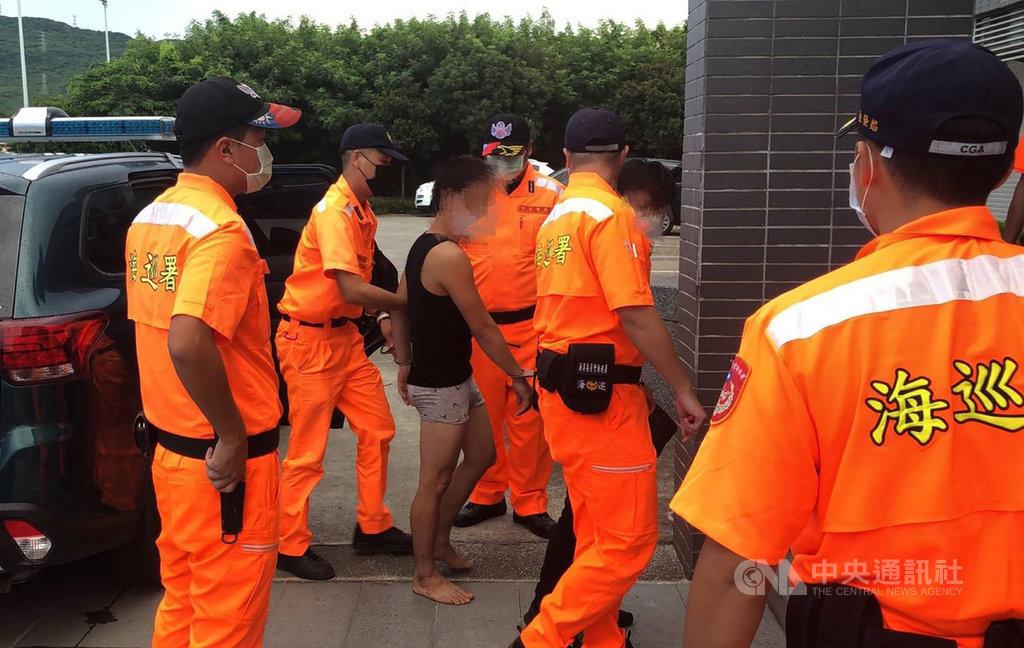 屏東一艘恆春籍漁船15日凌晨疑載30多名越南偷渡客企圖從墾丁上岸,被海巡人員發現,隨即啟動海上、岸際展開大規模逮捕行動;截至傍晚已逮捕27名偷渡客,另外也逮捕漁船包括船長在內的5名船員。(海巡署提供)中央社記者郭芷瑄傳真 109年9月15日