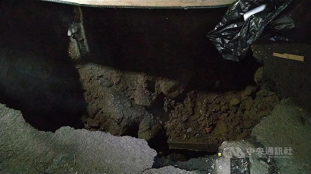 基隆市正濱國小一名學童15日下午到資源回收室時,欲從一旁隔間破損小洞進入室內,未料一入內立即掉落6、7公尺深坑洞,救出時意識不清,全身多處擦傷。中央社記者王朝鈺攝 109年9月15日
