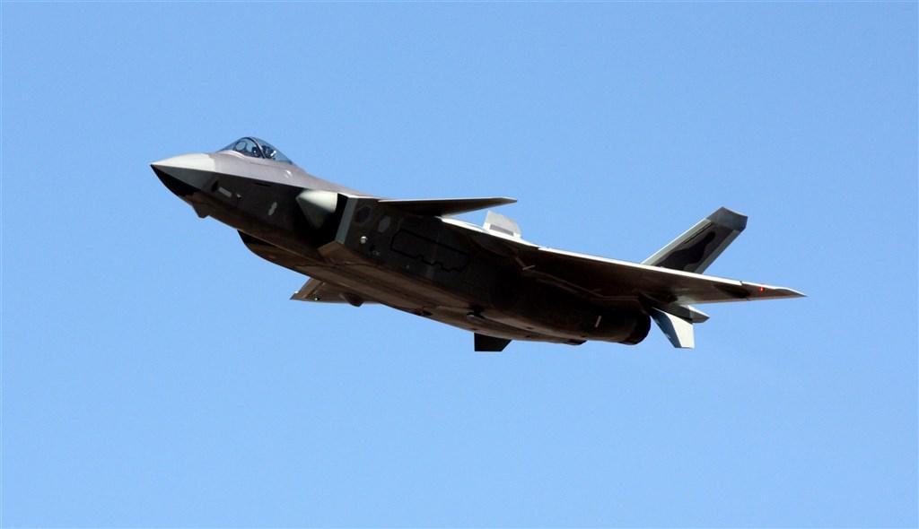 共軍14日宣稱東部戰區空軍王海大隊的「新型改裝戰機」擊落敵機17架。陸媒轉發報導,多研判這是殲20匿蹤戰機改裝升級版。圖為共軍殲20戰機。(中央社檔案照片)