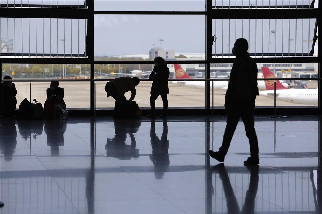 英國發布一項新的旅遊警示,提醒英國公民前往中國旅遊,恐有遭到任意拘留的風險。圖為上海浦東機場T2航廈。(中新社)