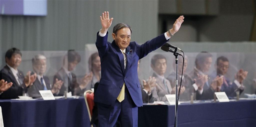 日本自民黨新任總裁菅義偉(前)14日在總裁選舉獲壓倒性勝利,無派閥卻獲黨內5派閥力挺,自評勝選是因為夠了解地方。(共同社)