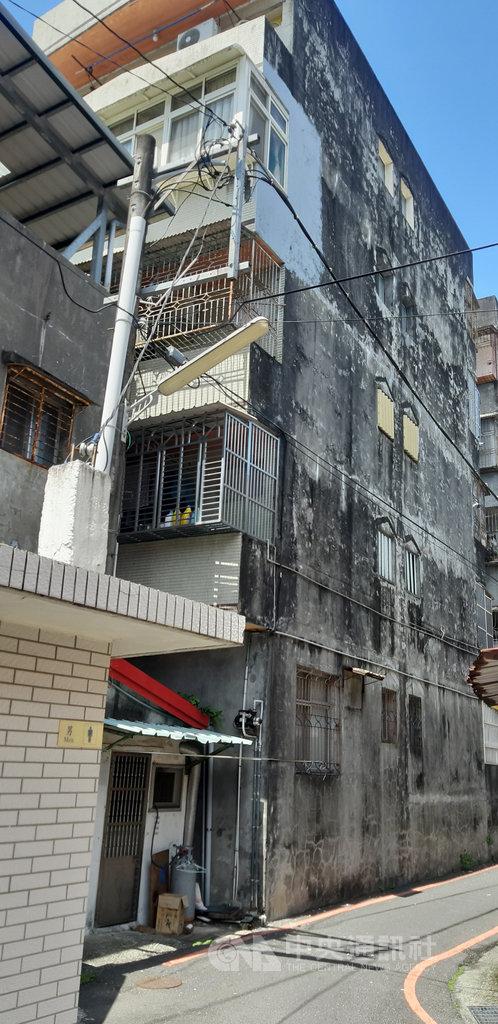 宜蘭市一歲多男嬰15日在母親短暫外出時,不慎從4樓住家窗戶外墜樓,倒臥在住家外防火巷,經送醫後仍宣告不治。中央社記者沈如峰宜蘭縣攝 109年9月15日