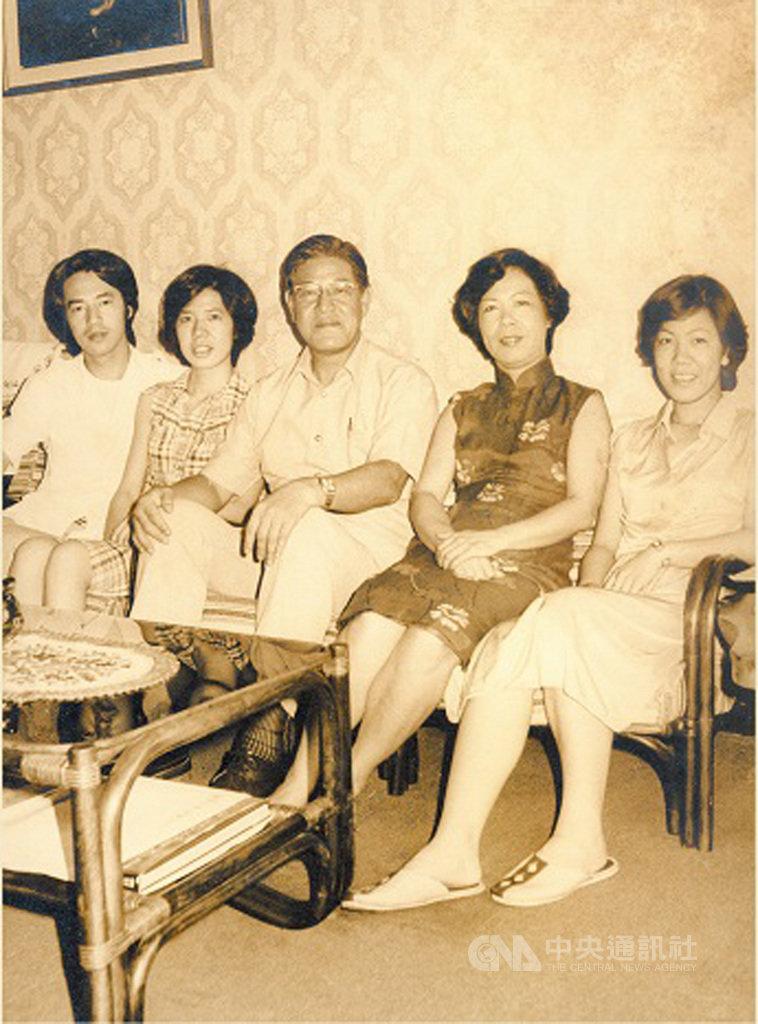 總統府官網以「李前總統登輝先生的生命之旅與臺灣民主之路」為題,發布許多珍貴照片,圖為1978年市長任內全家合影。(總統府提供)中央社記者葉素萍傳真 109年9月15日