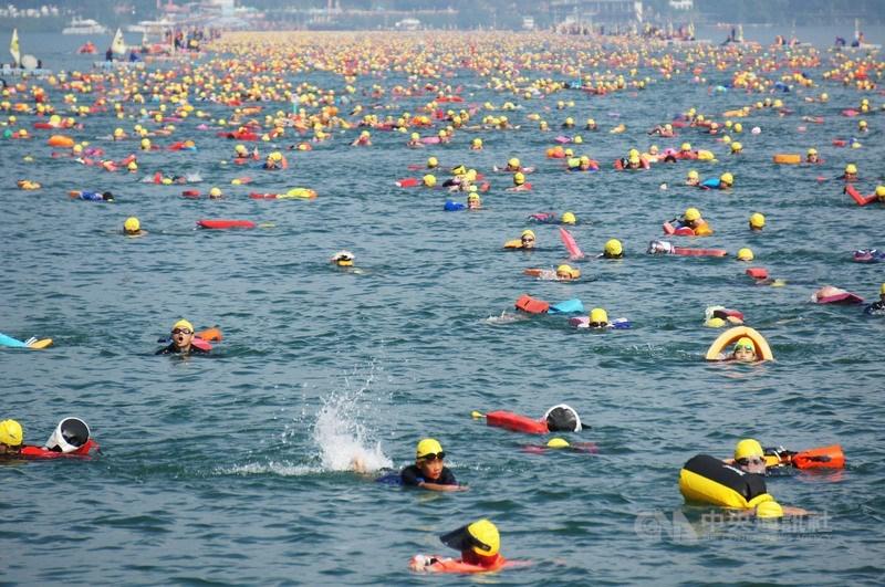 南投縣政府15日宣布日月潭萬人泳渡活動如期舉辦,但下水前、上岸後要戴口罩。圖為2017年萬人泳渡情形。(中央社檔案照片)